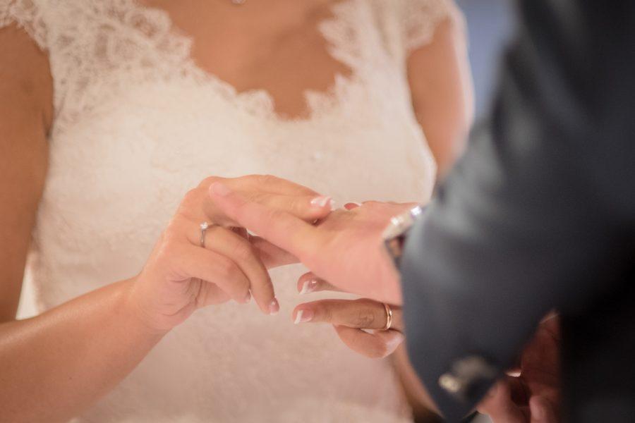 Foto dello scambio delle fedi durante il matrimonio di Carlo e Francesca a Sassari - Sardegna