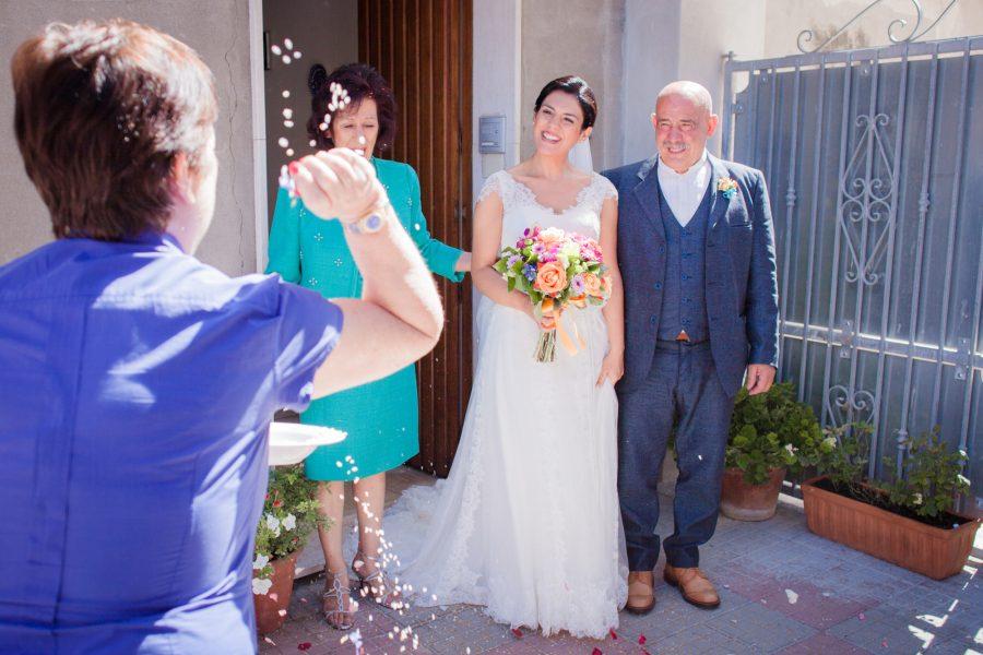 Fotografia dell'uscita di Francescas da casa a Sassari - Matrimonio in Sardegna